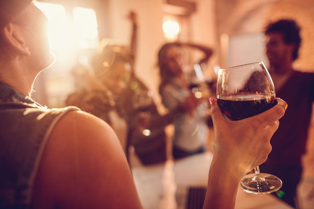 Frau mit Weinglas.