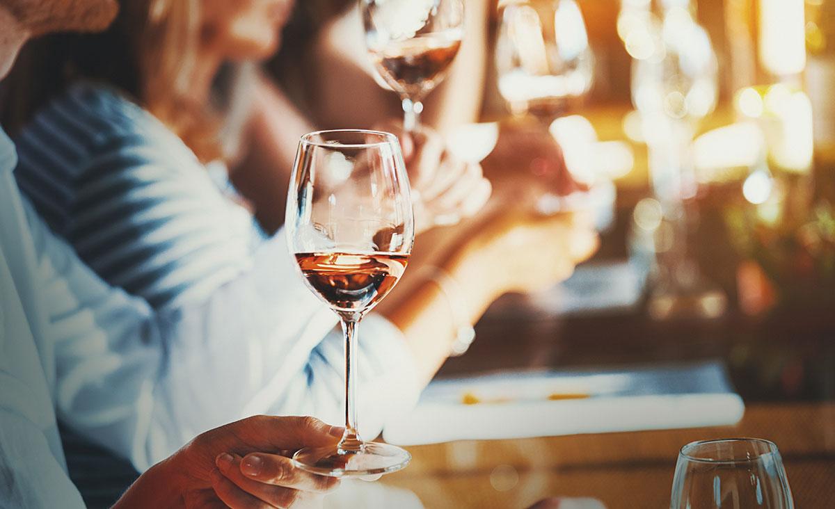 Menschen mit Weingläsern.